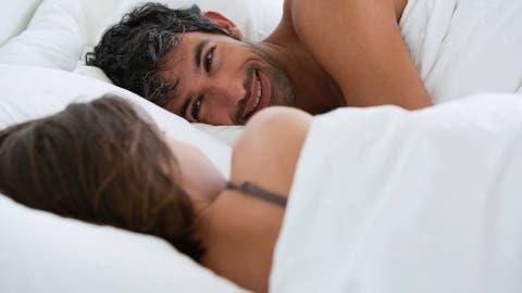 Resultado de imagen de chicos en la cama