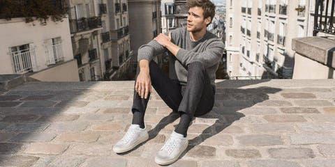 7d3f8a2094299 Moda hombre  Cómo llevar las zapatillas blancas a la oficina sin ...
