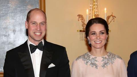 7300eb8012 Familia Real Británica  Kate Middleton brilla como una diosa de la ...