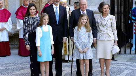 7452ceed7f Los looks de Letizia en la Misa de Pascua de Mallorca  ¿cuál ha sido el más  acertado