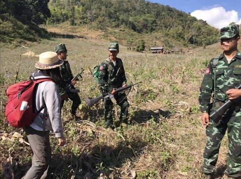 Conflicto en Birmania Un-selfie-con-guerrilleros-en-myanmar-turismo-mochilero-en-zona-de-conflicto