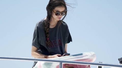 bc549b7f2aae Con camiseta de Loewe y bikini anodino: el look de playa de Victoria ...