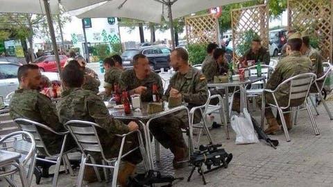Una Imagen De Legionarios Bebiendo Cerveza En Barcelona