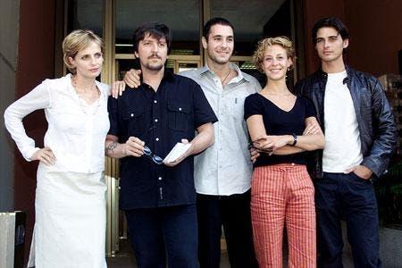 Foto del cast della prima stagione, durante la conferenza stampa di presentazione della serie. Distretto di Polizia compie vent'anni oggi.